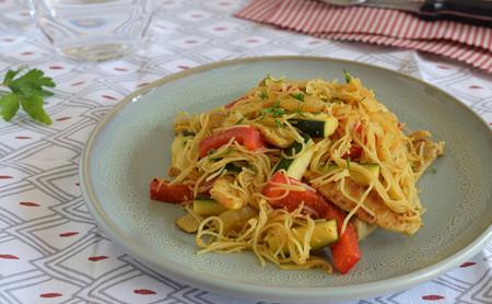 Lomo de cerdo salteado con verduras y fideos de arroz al curry: receta saludable fácil y rápida