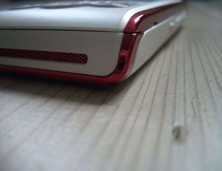 Sony Ericsson W595, Linda tiene forma de slider
