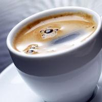 ¿Sabías qué el color de la taza influye en el sabor del café?