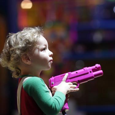 En casa, nada de pistolas: ¿deberíamos evitar que los niños jueguen con armas de juguete?