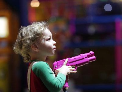 """""""En casa, nada de pistolas"""": ¿deberíamos evitar que los niños jueguen con armas de juguete?"""