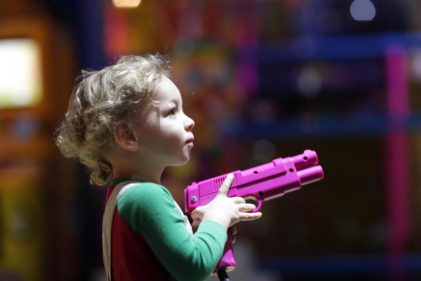 Resultado de imagen para niños con pistolas de juguete