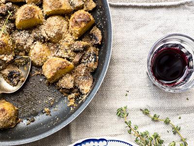 Patatas nuevas asadas con champiñones y pan rallado. Receta