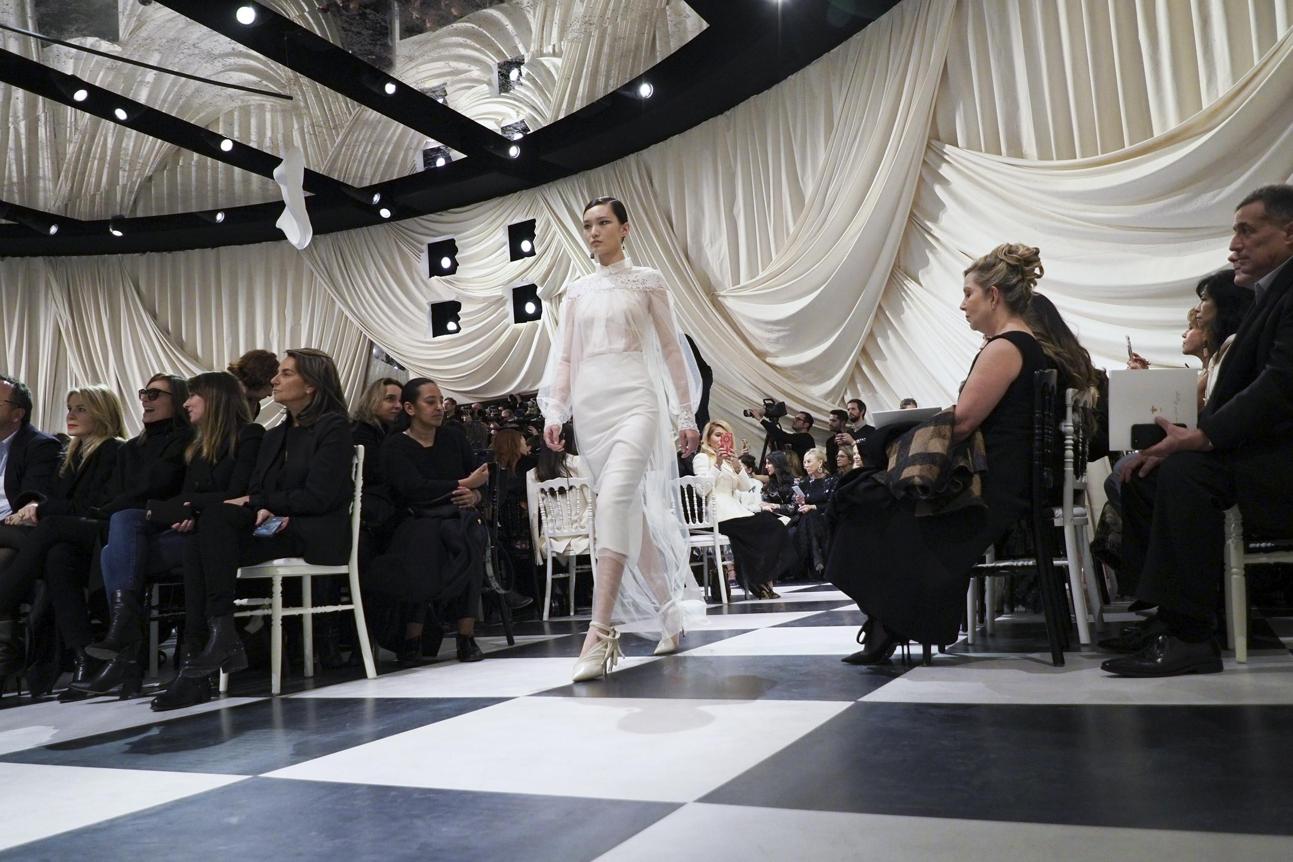 Foto de Dior Alta Costura: Maria Grazia Chiuri y su mágico desfile en blanco y negro Primavera-Verano 2018 (7/74)