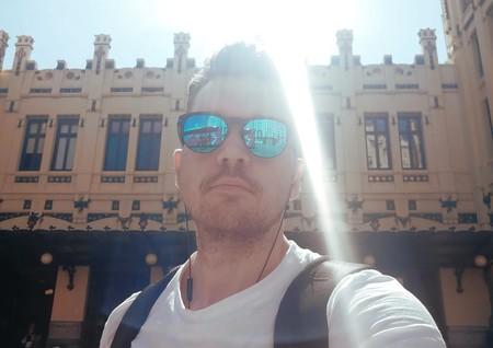 Daniel Strong, frente a la Estación del Norte (Valencia).