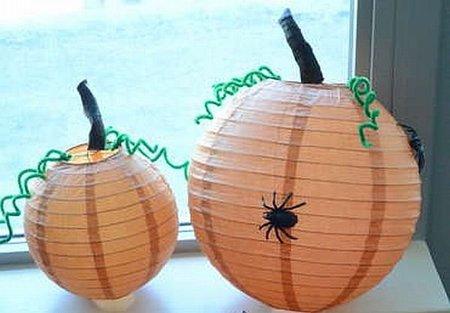 Recicladecoración: lámparas de papel convertidas en calabazas de Halloween