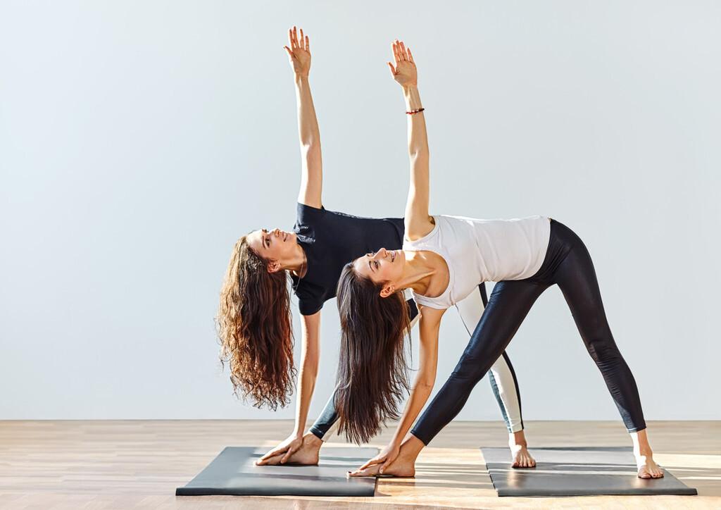 Entrenamiento de fuerza en el gimnasio para complementar tu rutina de Yoga