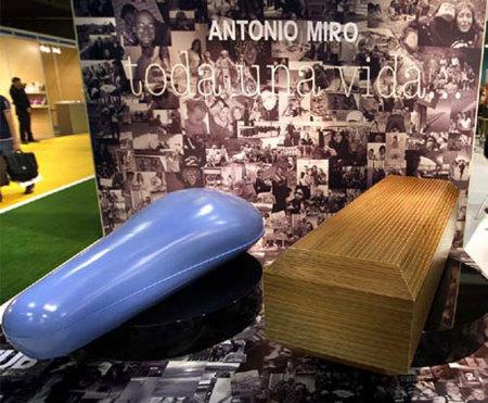 Ataúdes y mortajas de diseño de Antonio Miró, la última compra