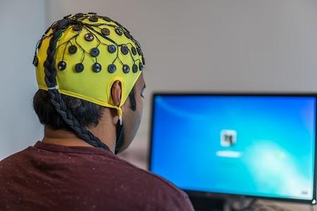 """De Stephen Hawking a Johnny Mnemonic: el largo camino recorrido por los """"cascos para leer la mente"""""""