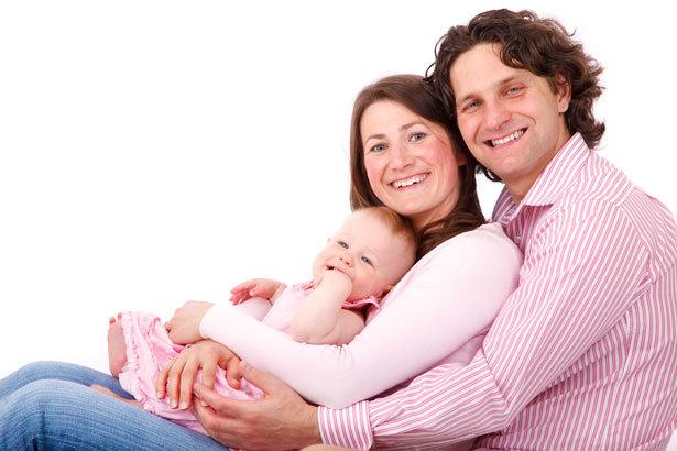 una familia con su bebe