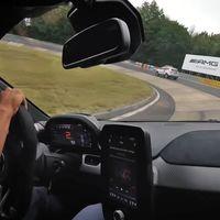 ¡De miedo! Así de espectacular es el McLaren Senna rodando a fuego en Nürburgring Nordschleife
