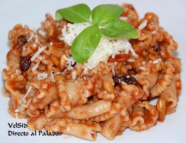 Pasta con anchoas y salsa de tomate