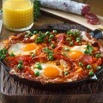 Huevos al plato con puré de tomate y verduras. Receta fácil para consentirte en viernes