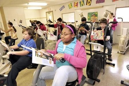 Varias escuelas han decidido cambiar los pupitres por bicicletas estáticas