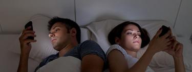Si quieres dormir mejor, no te lleves el móvil a la cama: la relación entre las pantallas y la calidad de tu sueño (y cinco trucos para mejorarlo)