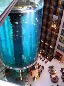 El mayor acuario cilíndrico del mundo dentro de un hotel