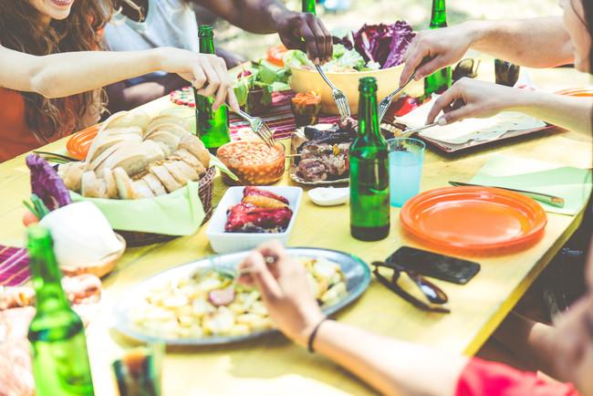 comida-amigos-barbacoa-verano