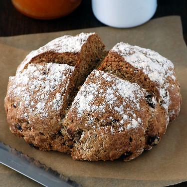 Pan de soda de centeno con yogur y pasas: receta exprés para disfrutar del pan en casa