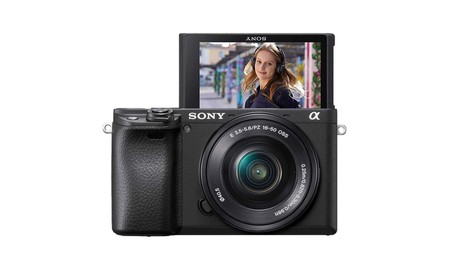En Amazon, la Sony Alpha 6400 con objetivo 16-50mm está a su precio mínimo: 940,41 euros