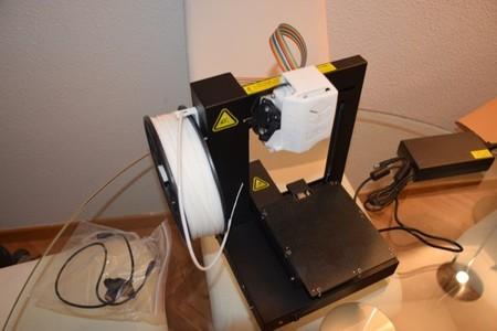 Sólo nos falta usar el accesorio y el cable que veis a la izquierda para poner a punto la impresora