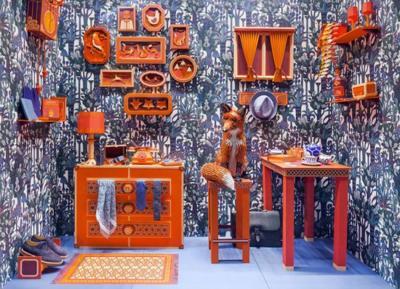 Espectacular escaparate de papel inspirado en la imaginería de Wes Anderson en la tienda Hermès de Barcelona
