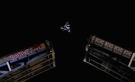 Robbie Maddison voló sobre el Tower Bridge