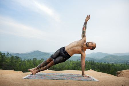 Cinco posturas de Yoga que te ayudan a tener unos brazos fuertes
