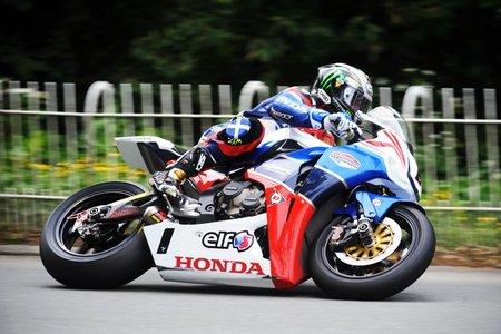 John McGuinness durante su 16 victoria en el TT