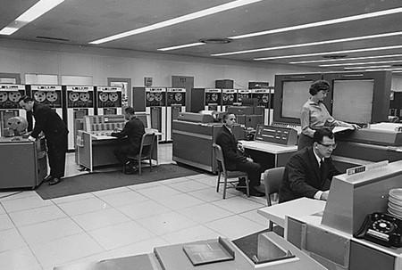 """Ser programador en los 60 era una pequeña pesadilla: costaba dinero y no """"picabas código"""", sino que usabas tarjetas perforadas"""