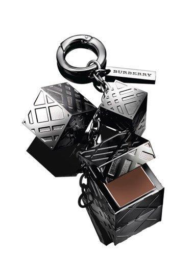 Burberry Beauty: un charm, tres cubos decorativos, un gloss labial. Edición limitada
