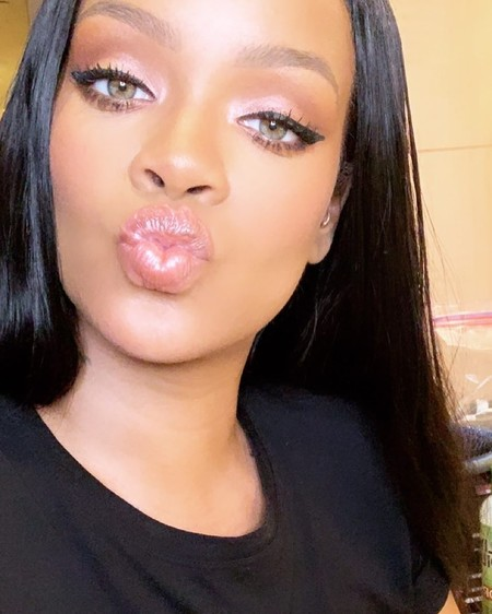 Si buscas un look natural para el día a día, Rihanna nos deja un tutorial para un look perfecto