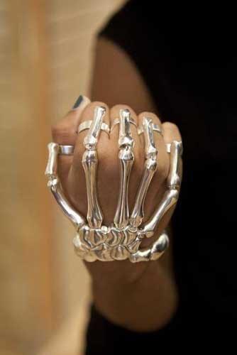 Brazalete con forma de esqueleto de la mano: qué broma es esta