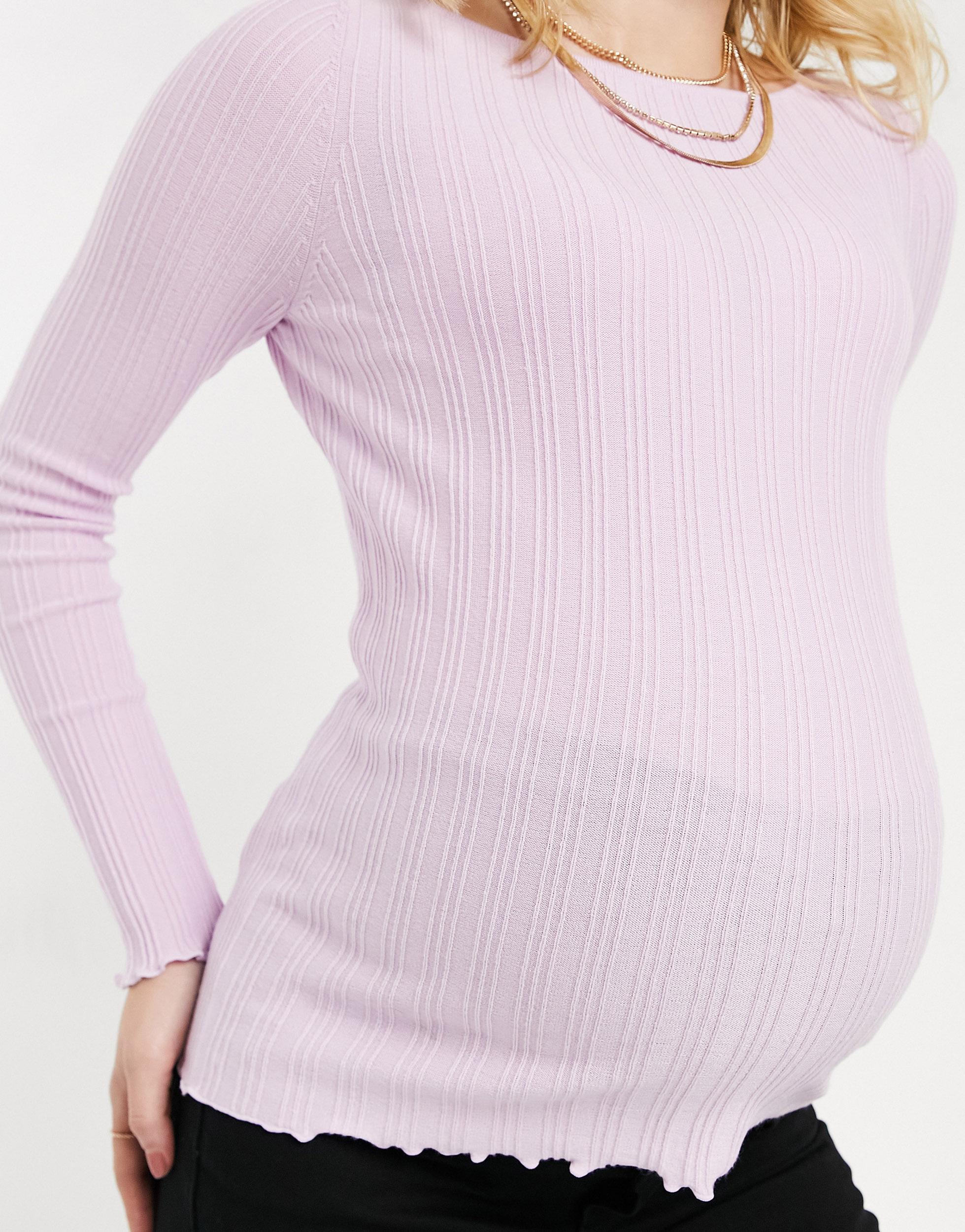 Jersey rosa con cuello recto y detalle de volantes