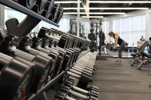 Por qué llevas tres semanas yendo al gimnasio y todavía no has bajado de peso