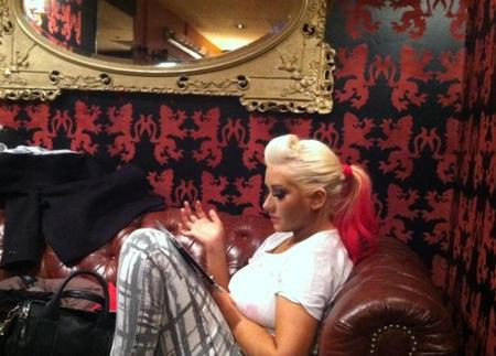 Christina Aguilera canta en directo 'Your Body' en la oficina de una forma... ¿Especial?