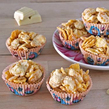 Crujientes de copos de maíz y chocolate blanco: receta fácil para un picoteo dulce