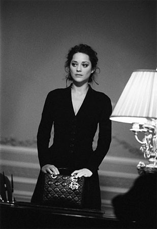 The Lady Noire Affair, la nueva campaña de Dior Handbags con Marion Cotillard
