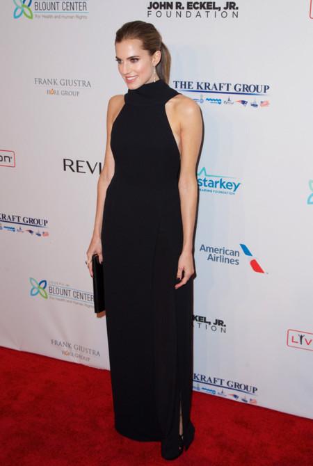 Allison Williams vestido negro Dior en la fiesta de la fundacon contra el SIDA de Elthon John en 2013