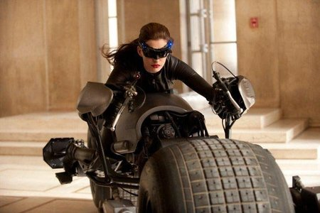 Batpod pilotado por catwoman, o cómo conseguir una moto que funcione en una película