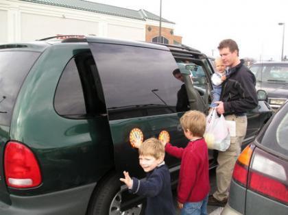 Manos magnéticas para la seguridad de los niños en el parking