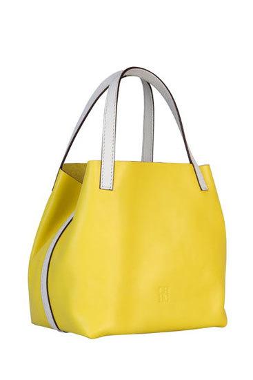 Modelo amarillo con apliques piel blanco