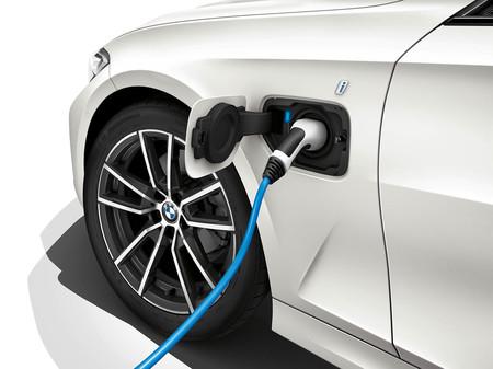 Los coches híbridos enchufables de BMW pasarán solos a modo eléctrico en zonas con restricciones por emisiones
