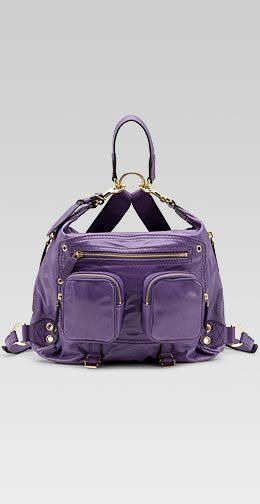 En cuero color violeta