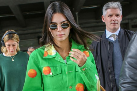 Verde que te quiero verde: Kendall Jenner llega a Cannes con un look de lo más llamativo