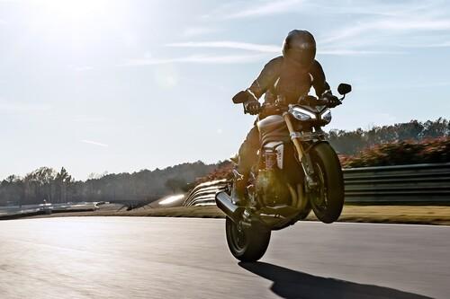 La nueva Triumph Speed Triple 1200 RS se radicaliza con 180 CV y parte ciclo pata negra, por 18.400 euros