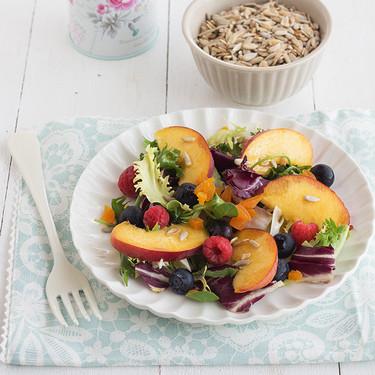 Ensalada con fruta fresca, pipas y orejones, receta refrescante y ligera