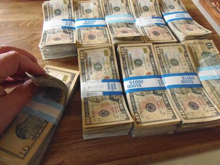 Tendemos a gastar más dinero si usamos billetes usados en vez de nuevos