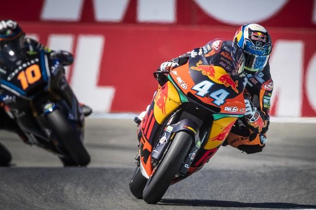 Miguel Oliveira se pone líder de Moto2 con una victoria rodando más allá del límite de los neumáticos