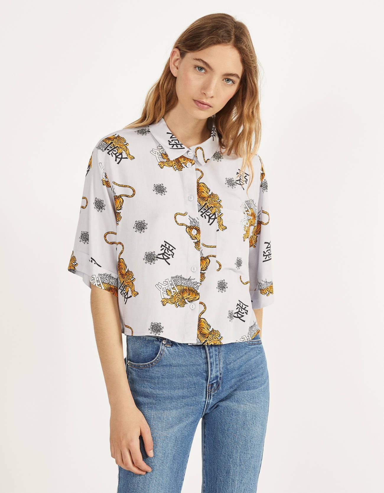 Camisa con estampado con aires asiáticos