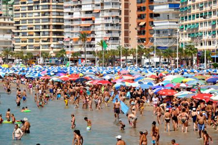 Narcobañistas, policías en bikini y otras 19 noticias que sólo pueden pasar en verano